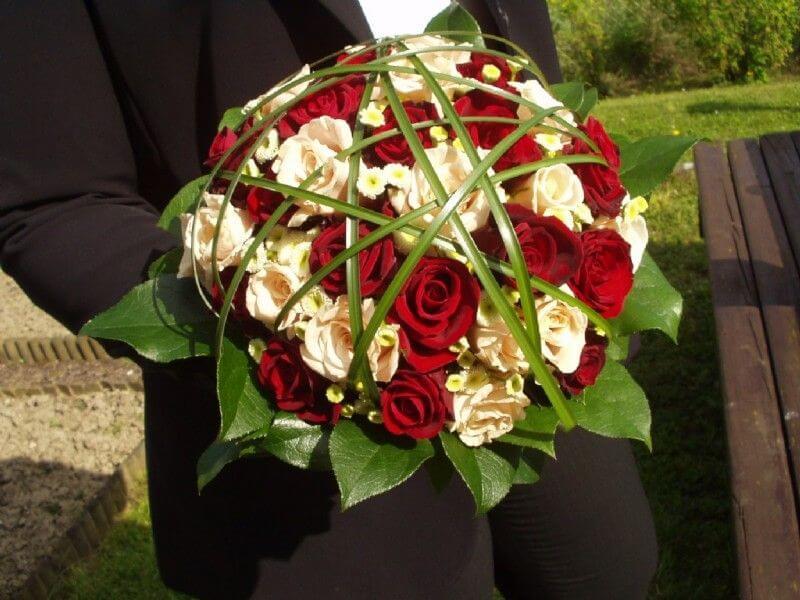 Hochzeitsfloristik - Brautstrauss mit weissen und roten Rosen